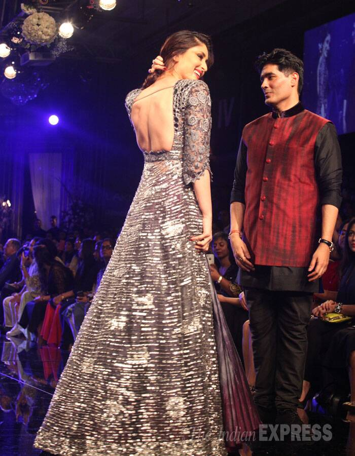Kareena on the ramp with Manish Malhotra. (Source: Express Photo by Dilip Kagda)