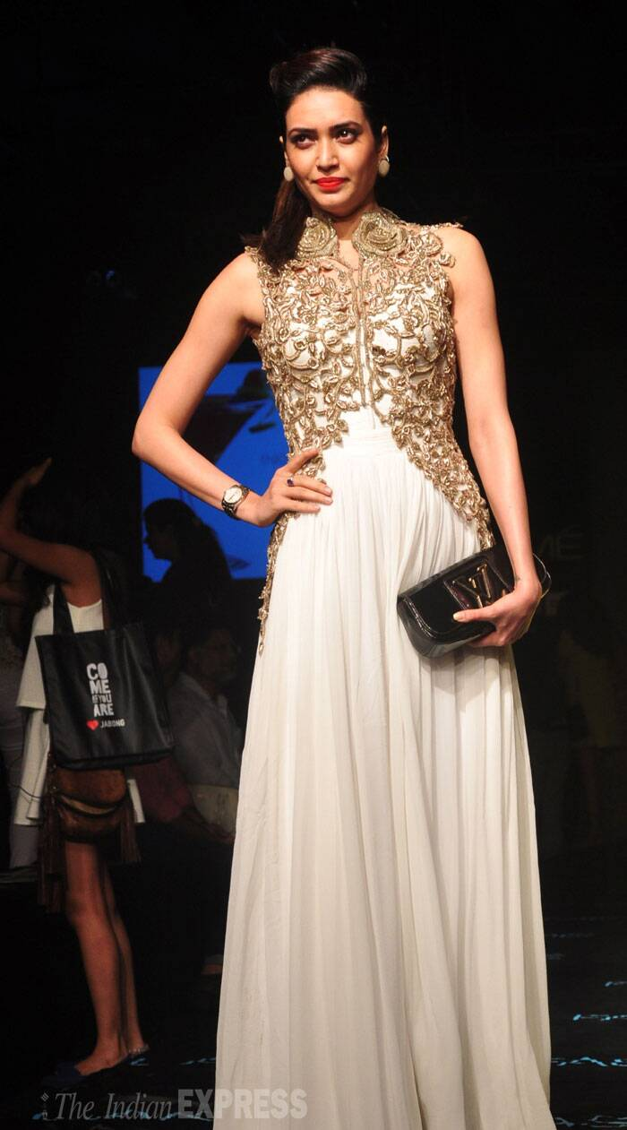 'Grand Masti' Actress Karishma Tanna walks the ramp in a off white with golder embroidery outfit. (Source: Varinder Chawla)