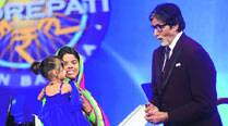 KBC contestant Khushboo Singh with her daughter Naveli (left) with Amitabh Bachchan on the sets of the game show