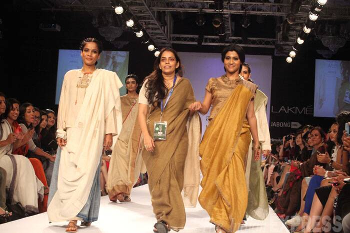 "The sari, part of the designer's collection Mohenjo Daro, was draped like a dhoti. With minimal make-up and with a bronze neckpiece, the 'Page 3' actress looked stunning. <br /><br /> ""Her collections are subtle and rustic, which is inspired from history. I am feeling great wearing this,"" Konkana told reporters.  (Source: Express Photo by Dilip Kagda)"