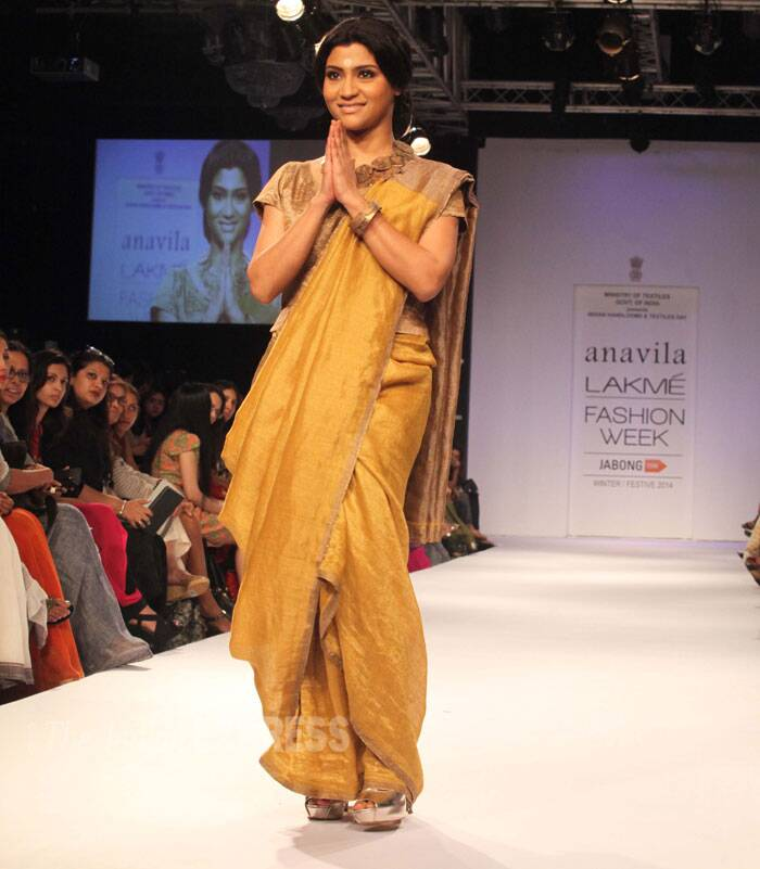 Bengali beauty Konkana Sen Sharma was another stunner that showstopped for Anvila Mishra in a metallic sari with yellow-gold and rust-gold blocking teamed with a gold metallic blouse. (Source: Express Photo by Dilip Kagda)
