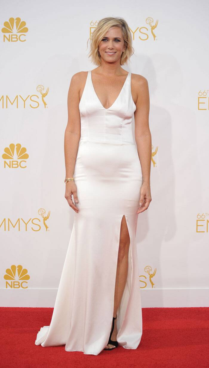 Actress Kristen Wiig was elegant in a simple white Vera Wang gown and black Prada sandals. (Source: AP)