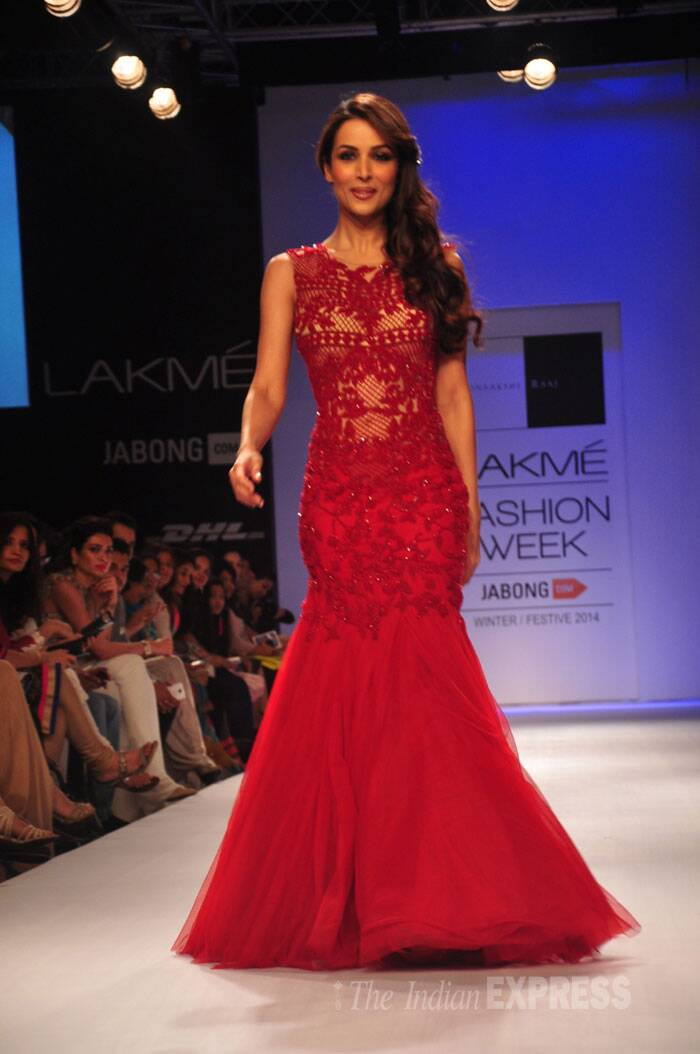 Malaika Arora Khan walked the ramp in a Sonaakshi Raj outfit. (Source: Varinder Chawla)