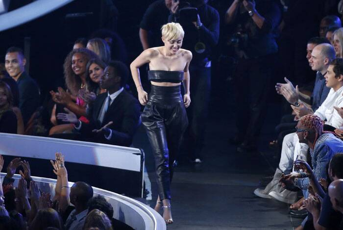 Singer Miley Cyrus poses backstage after winning Video of the Year for 'Wrecking Ball' during the 2014 MTV Video Music Awards in Inglewood, California. (Source: Reuters)