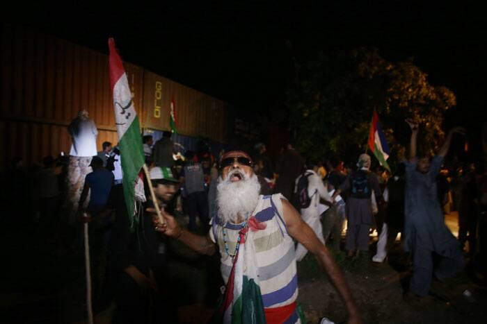 A supporter of Pakistan's cricketer-turned-politician Imran Khan chants anti-government slogans in Islamabad. (Source: AP)