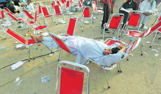 Supporters of Tahir-ul-Qadri and Imran Khan take a break from their respective marches.(Source:Reuters)
