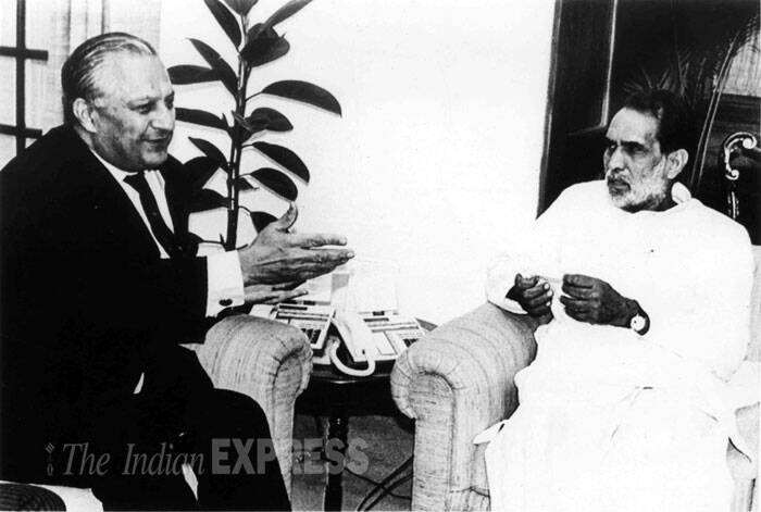 Prime Minister Chandrashekhar with Pakistan foreign secretary Shahryar Khan in New Delhi on April 6, 1991. (Source: PTI)