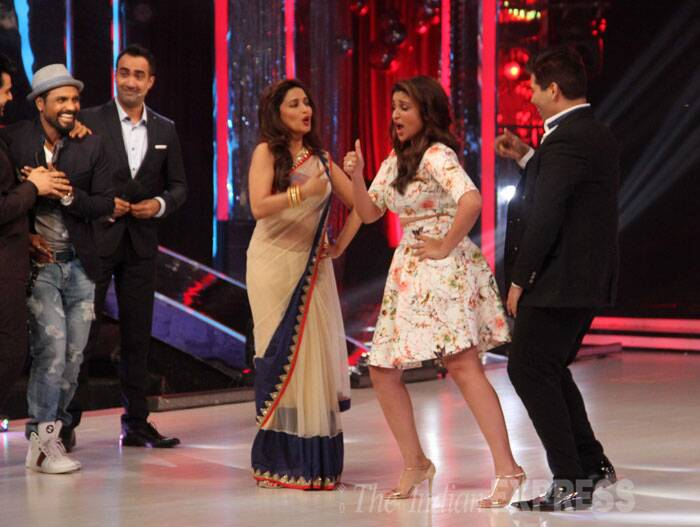 Bollywood girl Parineeti Chopra appeared on the sets of dance reality show 'Jhalak Dikhhla Jaa' to promote her upcoming film 'Daawat-e-Ishq'. The actress had a ball as she took the stage along with celebrity judge Madhuri Dixit. (Source: Varinder Chawla)