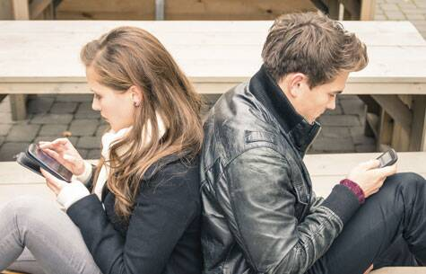 The bright blue light emitted by devices such as smartphones and tablets may give an unwelcome boost to your appetite.  (Source: Thinkstock Images)