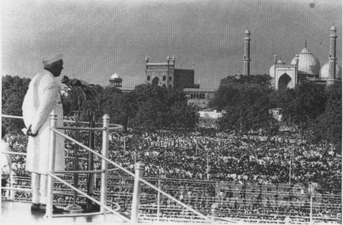 PM Jawaharlal Nehru addresses the nation from Red Fort on Independence Day, August 15, 1947. (Express archive photo)