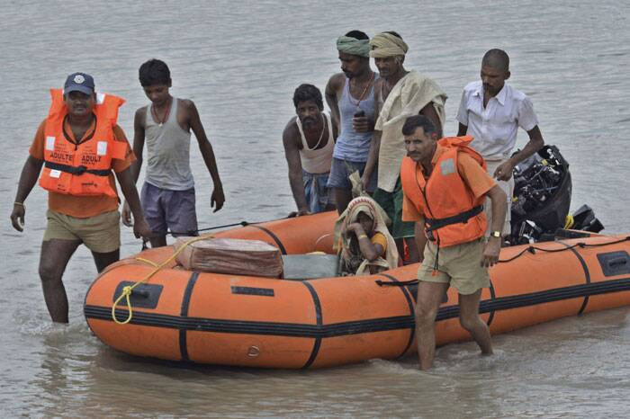 Rescuers move villagers living along the Kosi River to safer places  in Supaul. (Source: PTI)