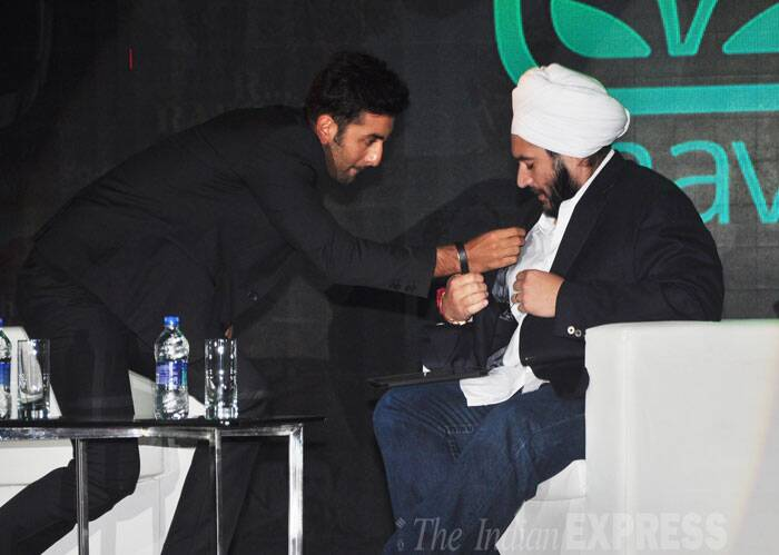 Ranbir Kapoor helps a speaker with the mic at the event. (Source: Varinder Chawla)