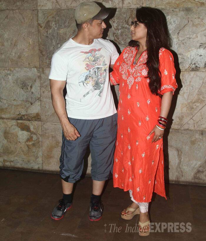 Aamir Khan and Rani Mukerji are busy chatting. The two have worked in films like 'Ghulam' and 'Talaash'. (Source: Varinder Chawla)