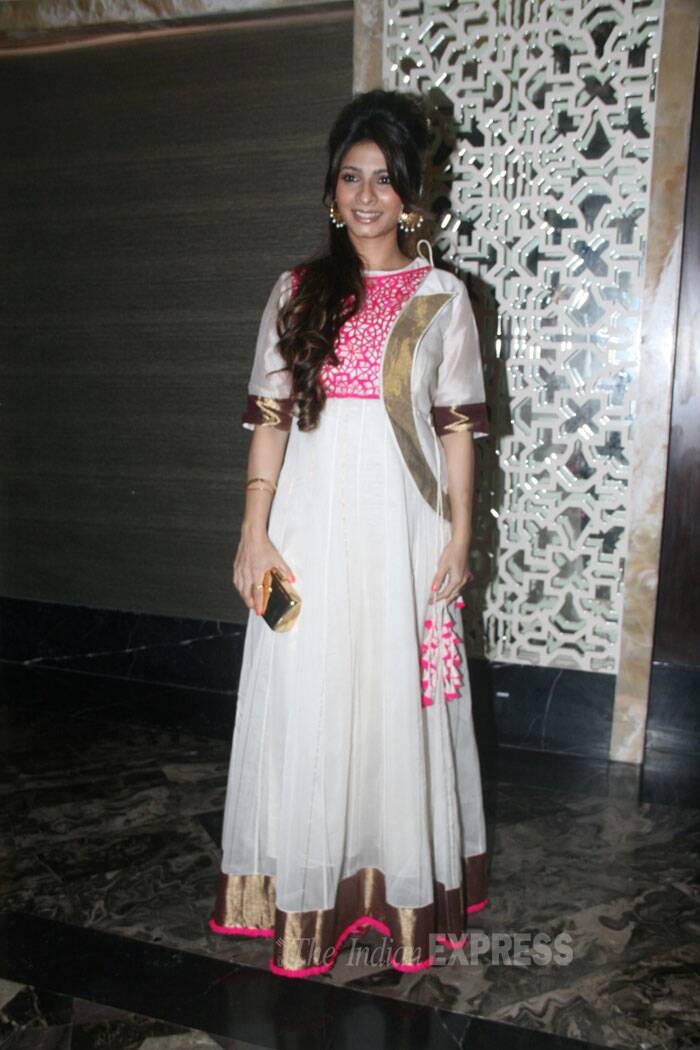 Former 'Bigg Boss' housemate Tanishaa Mukerji wore a white anarkali with pick and gold. (Source: Varinder Chawla)