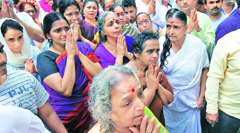 Iyengar's daughters, relatives and others at the funeral. (Source: Express photo by Arul Horizon)