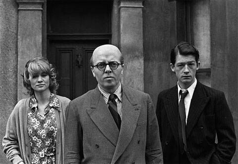 "FILE - In this May 17, 1970 file photo, British actor Richard Attenborough, center, who portrays mass murderer John Reginald Christie in the lead role of ""10 Rillington Place"" stands alongside John Hurt, right, and Judy Geeson in London, England. (Source: AP)"