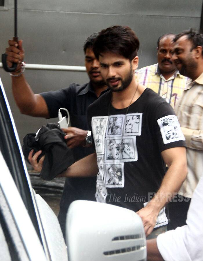 Bollywood actors Shahid Kapoor and Shraddha Kapoor were spotted on their heels of yet another promotional event for their upcoming film 'Haider'. Despite the rain, Shahid was all smiles in a T shirt and denims. (Source: Varinder Chawla)