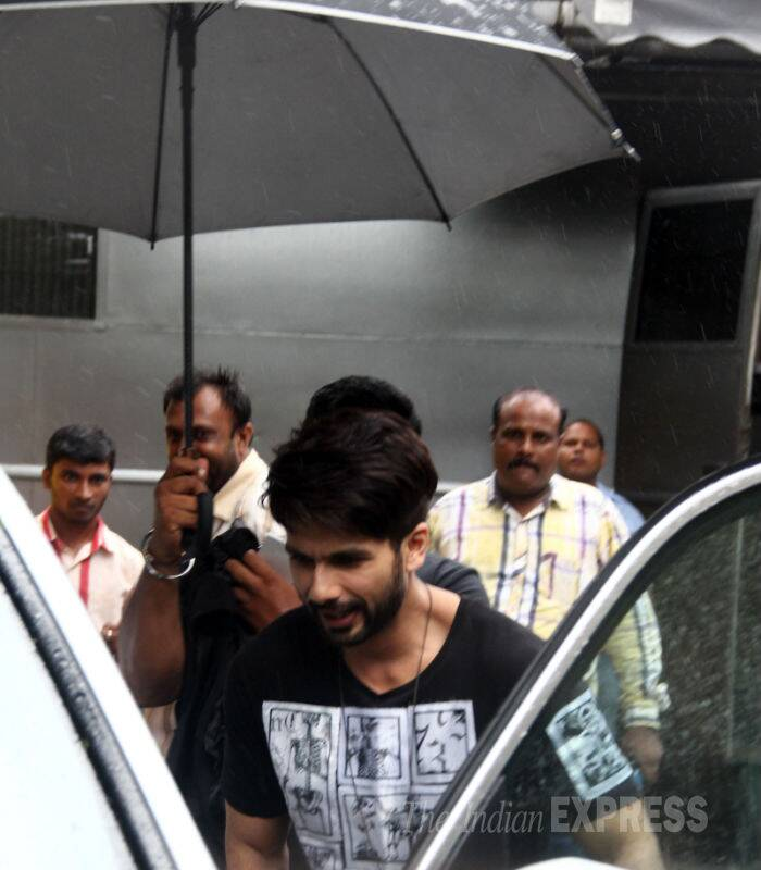 Shahid Kapoor gets into the waiting car. (Source: Varinder Chawla)