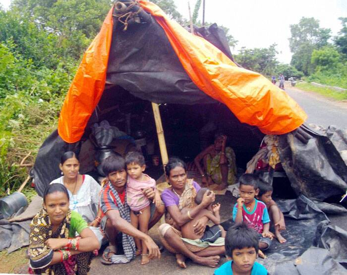 Flood affected people in makeshift tents on a roadside area of Cuttack on Tuesday.   (Source: PTI)