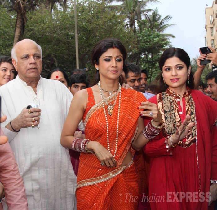 Shilpa Shetty with Shamita and father. (Source: Express photo by Varinder Chawla)