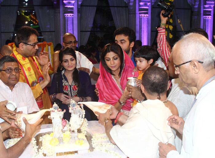 Viaan, who turned two in May this year, performs 'abhishek' with mom Shilpa and daddy Raj. (Source: Varinder Chawla)