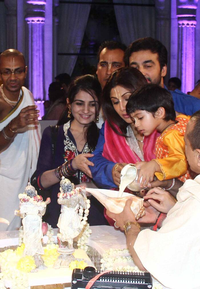 Viaan takes keen interest in performing puja. (Source: Varinder Chawla)