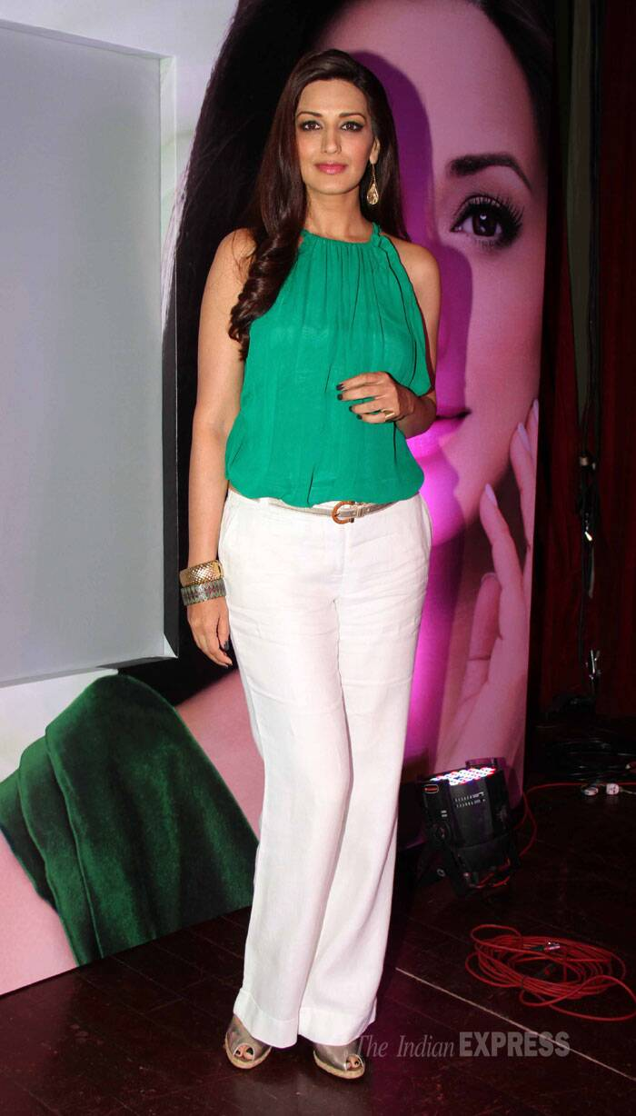 Sonali is chic in white pants and green top. (Source: Varinder Chawla)