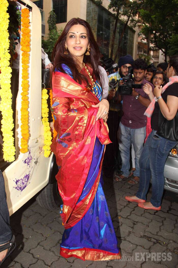 Sonali Bendre looked gorgeous in a  blue and red handwoven sari. (Source: Express photo by Varinder Chawla)