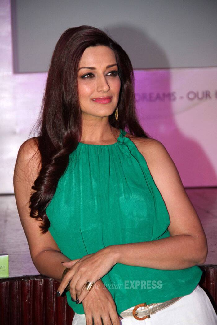 Meanwhile, 'Sarfarosh' actress Sonali Bendre looked fresh in green for a beauty product launch in Mumbai. (Source: Varinder Chawla)
