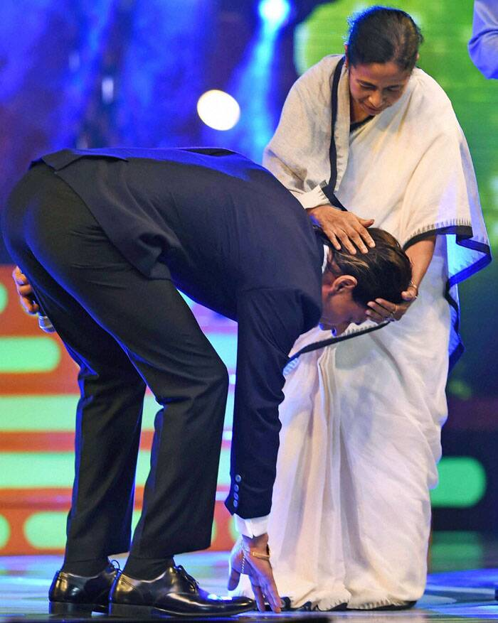 "SRK tweeted: ""Happy RAKHI to everyone. Mine already started with Mamata Didi tying me mine. Thank you Kolkata & the Police Deptt."" (Source: PTI)"