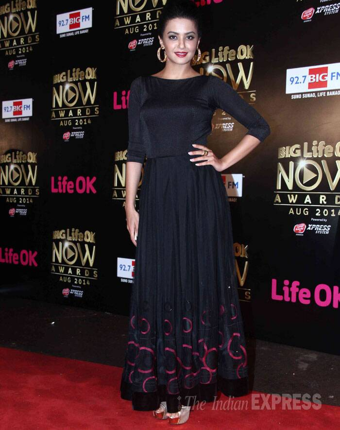 'Hate Story 2' actress Surveen Chawla was classy in a black blouse with a matching maxi skirt and heels. She added colour with her blood red lips. (Source: Varinder Chawla)