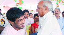 Day after increasing rewards, Hooda honours CWG medallists