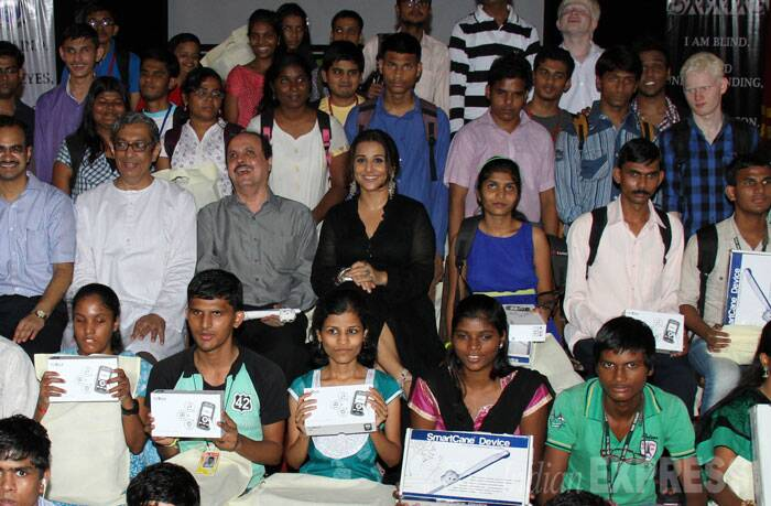 Vidya poses with children who were given the useful device by her. (Source: Varinder Chawla)