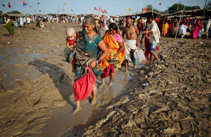 Devotees arrive to take a holy dip in the River Ganges on the auspicious occasion of Somvati Amavasya in Allahabad. (Source: AP)