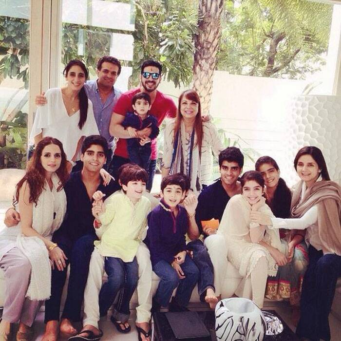 Finally a pic with her entire Khan-'daan' and we could also see junior Zayed in his lap standing next to mom Zarine Khan. Sussanne and her kids Hrehaan and Hridhaan. (Source: Twitter)