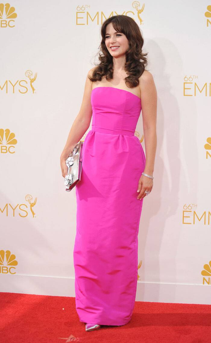 'New Girl' actress Zooey Deschanel was fun and flirty in a bight pink Oscar de la Renta strapless number with metallic Jimmy Choo and matching Roger Vivier clutch. (Source: AP)