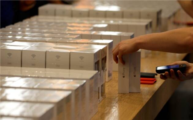 A store in Germany lines up the iPhone 6 and iPhone 6 Plus units.