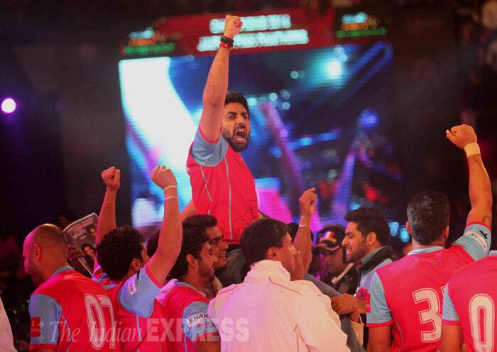 The Jaipur players thanked Jr. Bachchan for his never ending support and encouragement throughout the tournament. (Source: Express photo by Kevin DSouza)