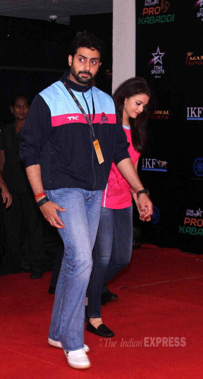 Aishwarya and Abishek walked in hand-in-hand wearing matching Jaipur Pink Panther's jerseys. (Source: Varinder Chawla)