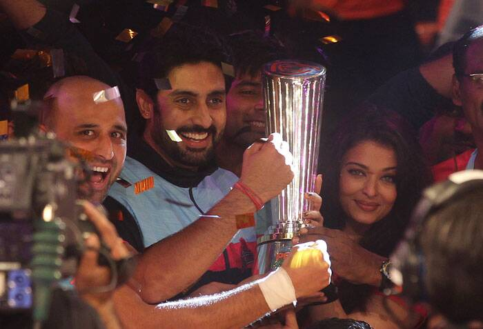 Abhishek lifts the trophy which matters. After a final which did test some nerves, the happiness on the owner's face sums up the season for the Jaipur unit, which was always in control (Source: AP)