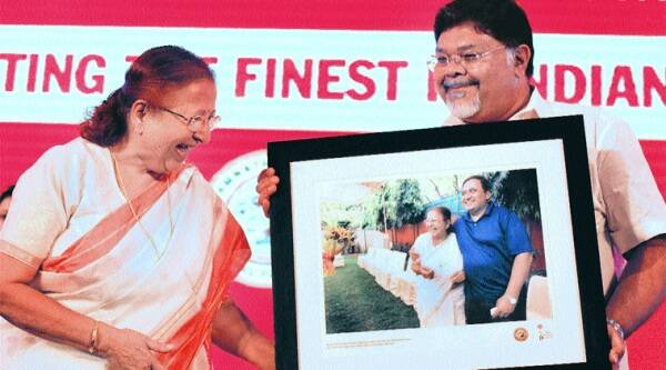 Sumitra Mahajan, Chief Guest for the evening, receives a memento from Viveck Goenka, Chairman, The Express Group.