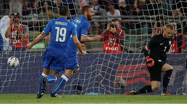 Italy's De Rossi and Christian Bonucci celebrate Italy's (Source: AP)