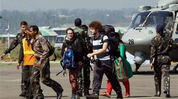 Stranded tourists from flood affected areas of Jammu & Kashmir being evacuated in Srinagar on Thursday. Source: PTI Photo