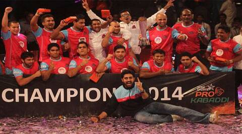 Team owner and Bollywood actor Abhishek Bachchan, front poses with the players of Jaipur Pink Panthers after they won the Pro Kabaddi League (Source: AP)