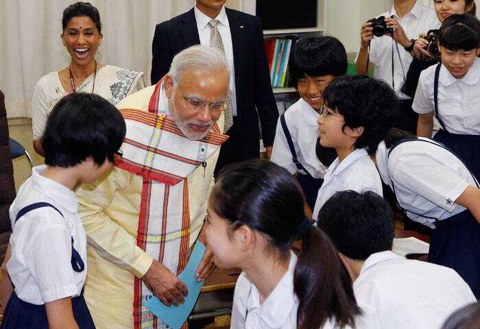 Narendra Modi talks with students as he visits Taimei Elementary School in Tokyo. (Source: AP)