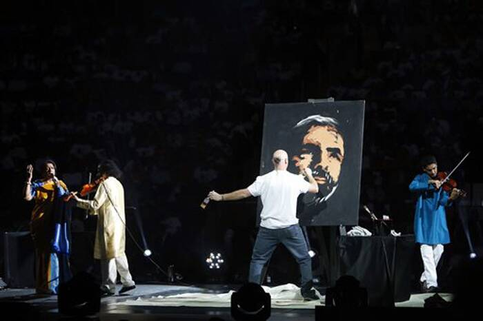 Singer Kavitha Krishnamurthy performs as a painter makes a portrait of Prime Minister Narendra Modi during a reception organised in his honour by the Indian American Community Foundation at Madison Square Garden in New York on Sunday. (SOurce: PTI)
