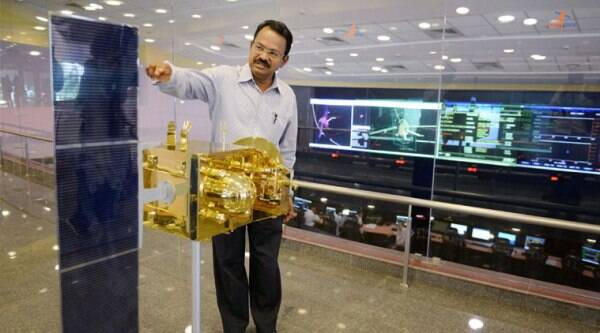 Scientist Mylswamy Annadurai explains about the Mars Orbiter Mission (MOM) spacecraft at ISRO Spacecraft Control Centre, Peenya in Bengaluru on Monday,. (Source: PTI)