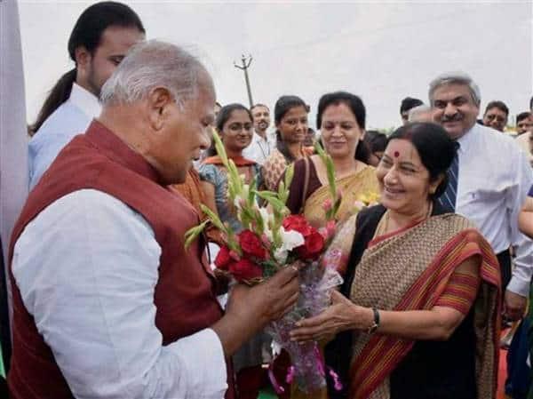 Bihar Chief Minister Jitan Ram Manjhi presents a bouquet of flowers to External Affairs Minister Sushma Swaraj in Rajgir on Friday. (Source: PTI)
