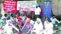 Staff of sewerage board sit on chain hunger strike
