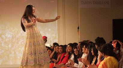 Sonakshi Sinha breaks into a jig on the ramp